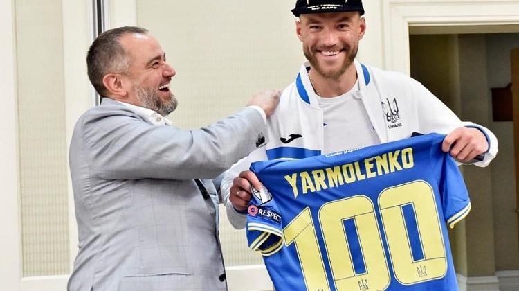 Ярмоленко отримав символічну футболку збірної України з номером 100